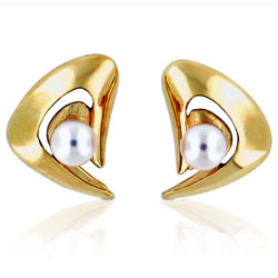 Flattering 14kt Yellow Gold Cultivated Pearl Earrings