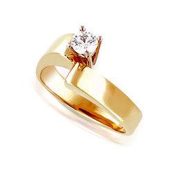 Glittering 14kt Yellow Gold Diamond Engagement Ring